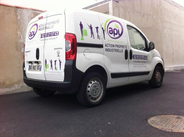 marquage-adhesif-vehicule-publicitaire-api-agence-contraste-les-sables-d-olonne-vendee